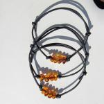 Schwarzes Lederarmband mit 4 kognacfarbenen, kleinen Bernsteinen