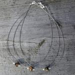 Flexibles Drahtcollier mit Perle aus Mosaikbernstein