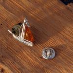 Wunderschöner Pin als Segelboot mit 2 verschiedenen Bernsteinen