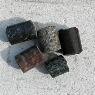 5 Bohrkerne aus verschiedenen Steinen