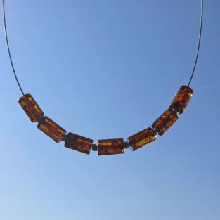 Edles Drahtcollier mit 7 kognacfarbenen, polierten Bernsteinwalzen