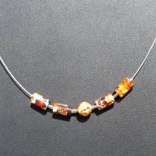 Edles Drahtcollier mit 4 Walzen und einer Perle aus Mosaikbernstein