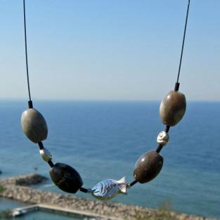 Edles Drahtcollier mit Fisch und Schnecken aus Silber sowie Feuersteinoliven
