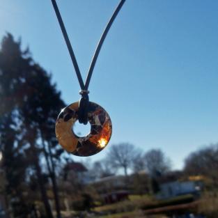 Schickes Collier mit Donut aus verbundenem Bernstein / Mosaikbernstein