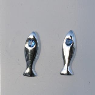 Ohrstecker aus Silber als Fisch mit blauem Steinchen