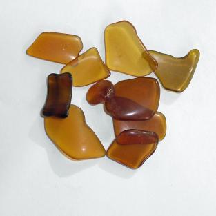 10 Stücken braunes Seeglas poliert