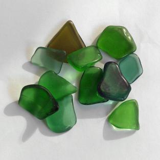 10 Stücken grünes Seeglas poliert