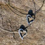 Feuersteinperle in einem edlen, geschwungenem Herz / 2 Farbtöne