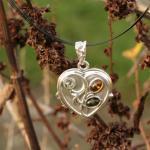 Aufklappbares Amulett als  Herz aus Silber mit 3 verschiedenen Bernsteinen