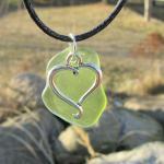 Grünes Seeglas mit Anhänger Herz