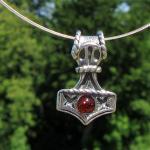 Kleiner Thor's Hammer aus Silber mit einer kognacfarbigen Bernsteinperle