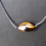 Collier mit einem polierten,in Spiralform geschliffene Bernsteinperle