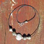 Feines Collier mit 4  Feuersteinperlen und einer Schnecke aus gebürstetem Silber