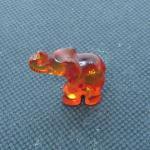 Kleiner Elefant aus edlem Bernstein, kognacfarben
