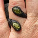 Flexibler Fingerring mit 2 Cabochons aus grünlichem Bernstein und Leder