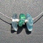 Elegantes Drahtcollier mit  3 Stücken weissem/türkisem Seeglas und diamantierten Silberperlen