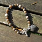 Schickes Perlen-Armband mit Herzanhänger / Feuerstein