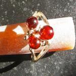 Schicker Fingerring mit drei kognacfarbenen Bernsteinperlen