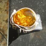Grosser Fingerring aus Silber und goldgelben Bernstein