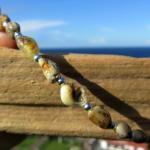 Flexibler Armreif mit hellen Oliven aus Brackbernstein