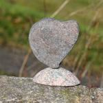 Steinherz, wie gefunden auf einen Sockel drapiert