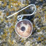 Schicker Ohrhänger mit einer, in Silber eingefassten Donnerkeilscheibe  !!! Designerstück !!!