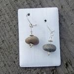 Schliessbarer Ohrhaken aus Edelstahl mit kleinen, unpolierten Ostseekieseln und kl. Silberscheibchen