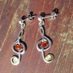Schicke Ohrstecker als Notenschlüssel aus Silber und Bernstein