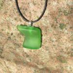 Anhänger aus hellgrünem Seeglas mit silberfarbenen Herz am Wachsband