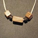 3 Quader aus braunem Sandstein auf einem Collier aus Sisal
