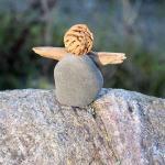 Engel aus Stein und Treibholz und einem Pfirsichkern
