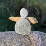 Engel aus Stein und Treibholz