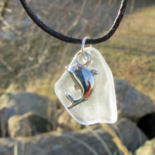 Transparentes Seeglas mit Anhänger Delfin / Delphin weiss
