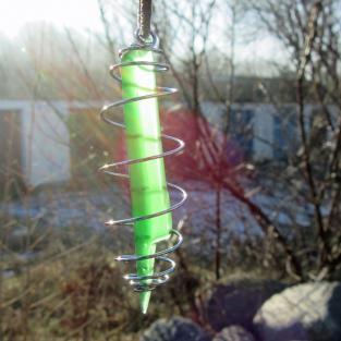 Anhänger aus grünem Seeglas in einer Spirale