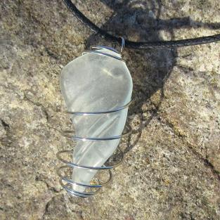 Anhänger aus weissem/ transparenten Seeglas in einer Spirale