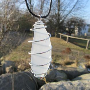 Anhänger aus weisslich/türkisem Seeglas in einer Spirale