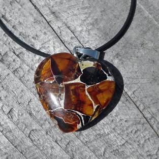 Herz aus Mosaikbernstein mit grosser Silberöse