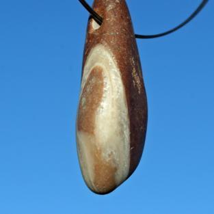 Anhänger von einem rötlichem, anpolierten Stück Orthoceras ( Geradhorn )