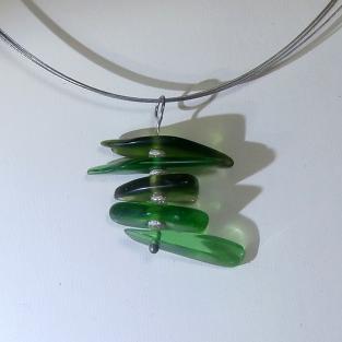 Anhänger aus grünem Seeglas mit diamantierten Silberperlen