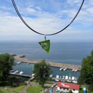 Anhänger aus einem grünem Seeglasstück auf einer gebürsteten Silberspirale