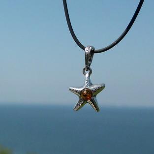 Wunderschöner, kleiner Seestern  aus Silber mit  kleiner Bernsteinperle