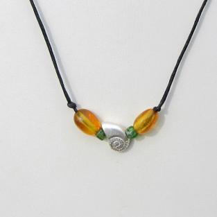Collier mit Bernsteinoliven, kleinen grünen Glasperlen und einem Ammoniten aus Silber