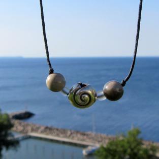 Collier mit 2 Feuersteinperlen und einer Schnecke aus Silber
