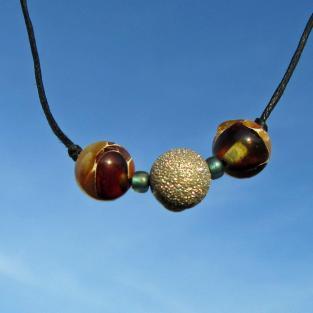 Schickes Collier mit Perlen aus Mosaikbernstein und einer diamantierten Silberperle