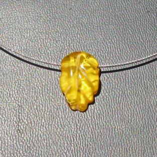 Schickes Collier mit einem Blatt aus gelben Bernstein