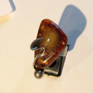 Wunderschöner Fingerring aus sonnenfarbenen Bernstein und geschwungenem Silber