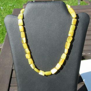 Bernsteinkette aus gelblichen/elfenbeinfarbenen geschliffenen Stücken