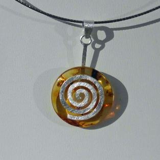 Schöner Bernsteindonut mit einer Spirale aus Silber (925 )