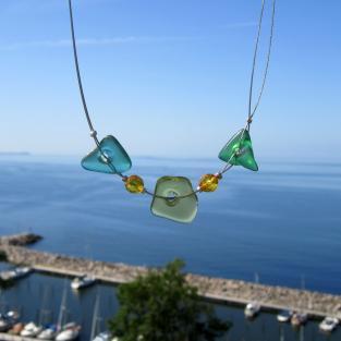 Drahtcollier mit 3 verschiedenen grünen Seeglasstücken und facetierten Bernsteinperlen
