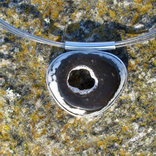 Polierte Scheibe eines Hühnergotts aus der Rügener Kreide, poliert, in Silber gefasst